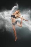 Tancerza doskakiwanie w bielu proszek Fotografia Royalty Free