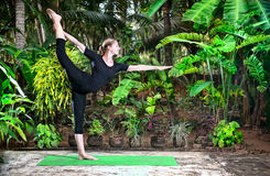 tancerza natarajasana pozy joga zdjęcie stock