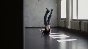 Tancerza taniec w ciemnym budynku r?wie?nik Hip hop kultura zbiory