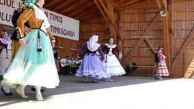 Tancerze od Hiszpania w tradycyjnym kostiumu wykonują przy jeden ludowym festiwalem 1 zbiory