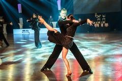 Tancerze tanczy łacińskiego tana fotografia stock