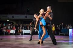Tancerze tanczy łacińskiego tana Zdjęcia Royalty Free