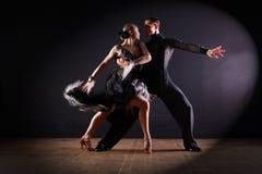 Tancerze w sala balowej odizolowywającej na czarnym tle obraz royalty free