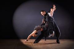 Tancerze w sala balowej odizolowywającej na czarnym tle zdjęcie stock