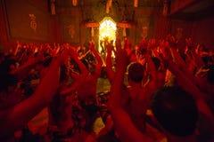 Tancerze wykonuje tradycyjnego balijczyka Kecak transu ogienia Tanczą obraz royalty free