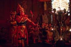 Tancerze wykonuje tradycyjnego balijczyka Kecak transu ogienia Tanczą obraz stock