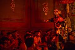 Tancerze wykonuje tradycyjnego balijczyka Kecak transu ogienia Tanczą Obrazy Stock