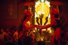 Tancerze wykonuje tradycyjnego balijczyka Kecak transu ogienia Tanczą Zdjęcia Stock