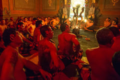 Tancerze wykonuje tradycyjnego balijczyka Kecak transu ogienia Tanczą Fotografia Stock