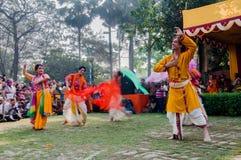 Tancerze wykonuje w Holi świętowaniu, India obraz royalty free