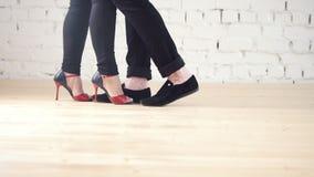 Tancerzy cieki jest ubranym moda buty - rodzinna para jest dancingowym kizomba w studiu zbiory wideo