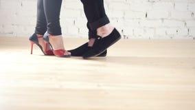 Tancerzy cieki - rodzinna para jest dancingowym kizomba w studiu zbiory wideo
