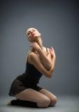 Tanczący na drewnianej podłogowej balerinie z ona oczy zamykających Obraz Stock