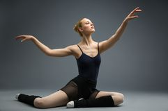 Tanczyć na drewnianej podłogowej balerinie z jej ręką up Zdjęcia Royalty Free