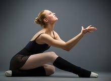 Tanczyć na podłogowej balerinie z palmami up Obrazy Royalty Free
