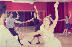 Tanczyć pary cieszy się łacińskich tanów Zdjęcia Stock