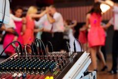 Tanczyć pary podczas przyjęcia lub ślubu świętowania Fotografia Royalty Free