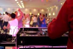 Tanczyć pary podczas przyjęcia lub ślubu świętowania Obrazy Stock