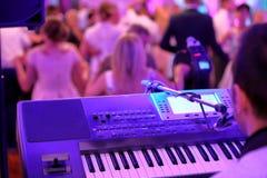 Tanczyć pary podczas przyjęcia lub ślubu świętowania obraz stock