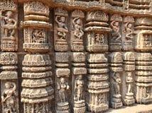 Tanczyć pozuje z muzykami na ścianach słońce świątynia, Konark Obrazy Stock