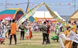 Tanczyć w Rosyjskich i Tatar krajowych kostiumach zdjęcia royalty free