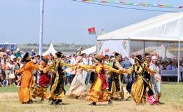 Tanczyć w Rosyjskich i Tatar krajowych kostiumach obraz stock