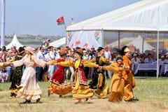 Tanczyć w Rosyjskich i Tatar krajowych kostiumach zdjęcie stock