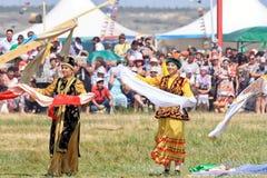 Tanczyć w Rosyjskich i Tatar krajowych kostiumach fotografia royalty free