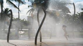 Tanczyć w fontanny dziewczynie obrazy stock