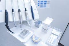 Tand- behandlinghjälpmedel med dysor Arkivfoton
