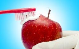 Tand die tecnique met geïsoleerde tandpasta en rode appel borstelen Stock Foto's
