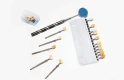 Tand- färghandbok och liten ask för spegel med tandproteser fotografering för bildbyråer