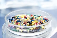 Tand- hjälpmedel i exponeringsglasrundaasken Tand- instrument - K-mappar Arkivbild
