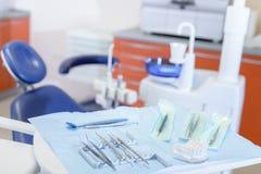 Tand hulpmiddelen op lijst in de stomatologiekliniek stock afbeelding