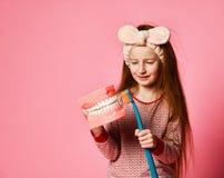 tand- hygien lycklig liten gullig flicka med tandborstar royaltyfri bild