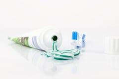 Tand- hygien med tandkräm och tandborsten Royaltyfri Foto