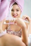 Tand- hygien som borstar tandung flickatandborsten Arkivfoto