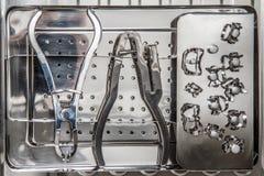 Tand- instrument är förberedda för den tand- behandlingen av patien Arkivfoton
