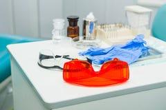 Tand- instrument i kontor för tandläkare` s dentistry Tand- bakgrund: arbeta i kliniken - operationen, tandutbyte Selektiv fo Royaltyfria Foton