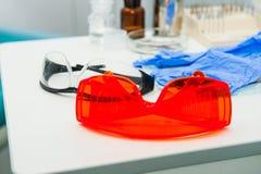Tand- instrument i kontor för tandläkare` s dentistry Tand- bakgrund: arbeta i kliniken - operationen, tandutbyte Selektiv fo Royaltyfri Foto