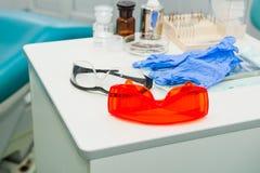 Tand- instrument i kontor för tandläkare` s dentistry Tand- bakgrund: arbeta i kliniken - operationen, tandutbyte Selektiv fo Royaltyfri Fotografi