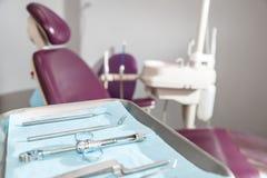 Tand- instrument och hjälpmedel i ett tandläkarekontor Royaltyfri Foto