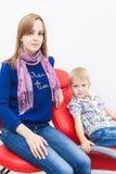 Tand kliniek Ontvangst, onderzoek van de patiënt Tandenzorg Weinig jongen met zijn moeder zit in tand stock foto