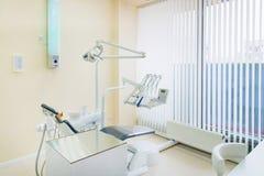 Tand- klinikinre med modern tandläkekonstutrustning royaltyfria foton