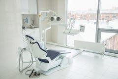 Tand- klinikinre med modern tandläkekonstutrustning arkivbild