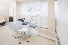 Tand- klinikinre med modern tandläkekonstutrustning arkivfoto