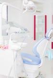 Tand- kontor med blå tand- stol Arkivfoto