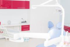 Tand- kontor med blå tand- stol Fotografering för Bildbyråer