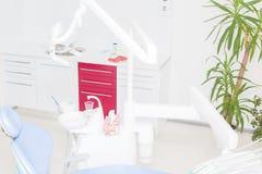 Tand- kontor med blå tand- stol Arkivbild
