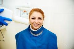 Tand- kontor, tandläkekonst, tandvård, läkarundersökning fotografering för bildbyråer